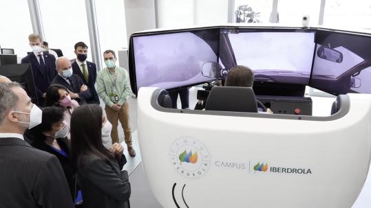 Los Reyes de España observan el simulador Simescar de Simumak en el Campus Iberdrola