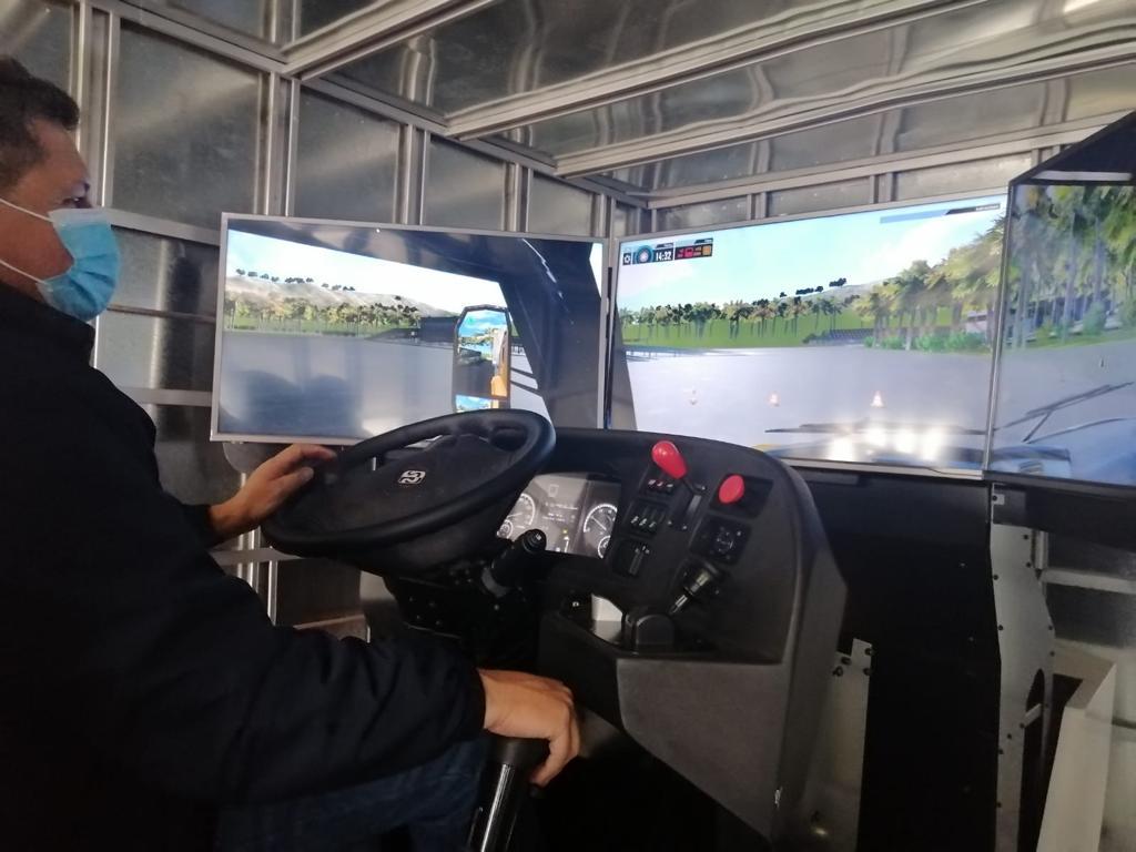 Simulador de camión Simestruck entrenando a conductor de Solística Coca-cola Colombia